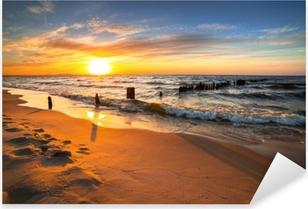 Vinilo Pixerstick Puesta de sol sobre la playa del mar Báltico en Polonia