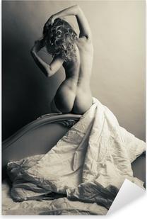 Vinilo Pixerstick Rubia desnuda en la cama sobre un fondo gris.