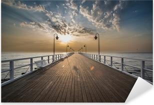 Vinilo Pixerstick Salida del sol en el muelle en la orilla del mar, Gdynia Orlowo,