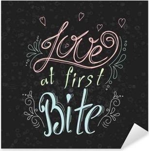 Vinilo Pixerstick Vector dibujado a mano cotización tipográfico en el fondo pizarra. Letras: Amor al primer mordisco. colección bacery. Cartel con el diseño creativo con el lema greeting.Typographical