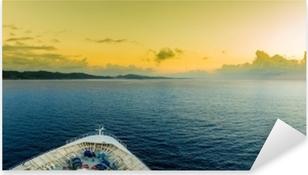 Vinilo Pixerstick Vista panorámica de la proa de un barco a medida que se acerca a la isla tropical de roatán.
