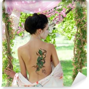 Zelfklevend Fotobehang Aziatische stijl portret van vrouw met slang tatoeage op haar rug