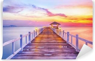 Zelfklevend Fotobehang Beboste brug in de haven tussen zonsopkomst