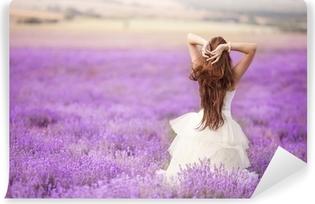 Zelfklevend Fotobehang Bruid in trouwdag in lavendel veld
