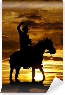 Zelfklevend Fotobehang Cowboy swingende touw op paard in het water