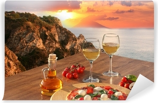 Zelfklevend Fotobehang Italiaanse pizza en glazen wijn tegen de kust van Calabrië, Italië