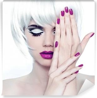 Zelfklevend Fotobehang Make-up en gemanicuurde nagels polijsten. Fashion Style Schoonheid Vrouw Po