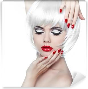 Zelfklevend Fotobehang Make-up en kapsel. Rode lippen en gemanicuurde nagels. Fashion Beau