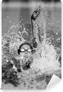 Zelfklevend Fotobehang Rugslag zwemmen in zwart-wit