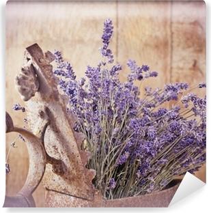 Zelfklevend Fotobehang Rustieke ijzer (oud irin) en droge lavendel
