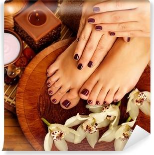 Zelfklevend Fotobehang Vrouwelijke voeten op spa salon op pedicure procedure