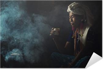 Zelfklevende Poster De stammen vrouwen ruiken geuren aromatische koffie. Ze plantte zichzelf