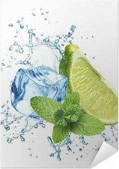 Zelfklevende Poster Ijsblokjes, muntblaadjes, water splash en limoen op een witte
