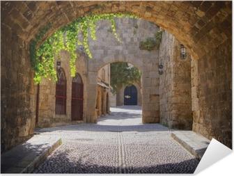 Zelfklevende Poster Middeleeuwse gebogen straat in de oude stad van Rhodos, Griekenland
