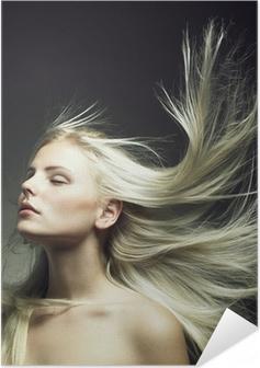 Zelfklevende Poster Mooie vrouw met prachtig haar