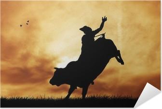Zelfklevende Poster Stier ruiter bij zonsondergang