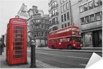Zelfklevende Poster Telefooncel en rode bus in Londen (UK)