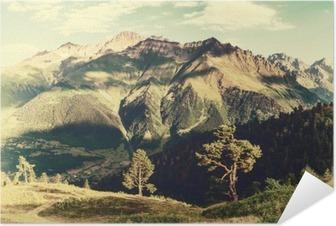 Zelfklevende Poster Vintage landschap met bomen en bergen