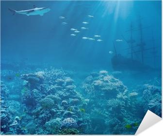 Zelfklevende Poster Zee of oceaan onderwater met haai en gezonken schatten schip