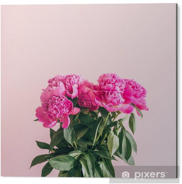 Aluminium Print Een boeket van mooie pioenrozen op een roze achtergrond. - Bloemen en Planten