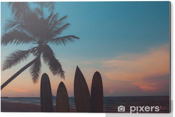 Aluminiumtavla Silhuett surfbräda på tropisk strand vid solnedgången på sommaren. Seascape av sommarstrand och palm vid solnedgången. vintage färgton - Idrott