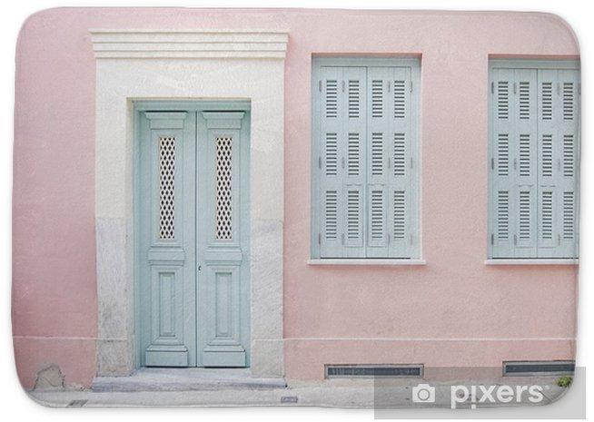 Badmatta Pastellrosa byggnad och blekblå dörröppning omgiven av marmor i Athen, Grekland - Byggnader och arkitektur