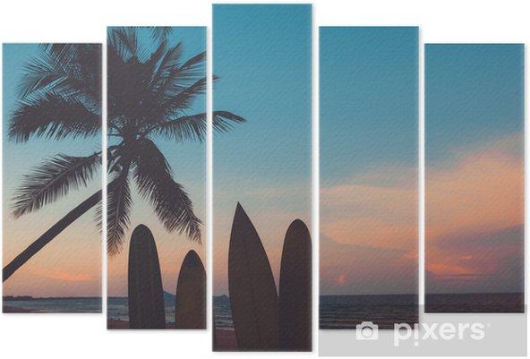Beş Parçalı Yaz aylarında gün batımında tropik sahilde siluet sörf tahtası. gün batımında yaz plaj ve palmiye ağacının deniz manzarası. vintage renk tonu - Spor