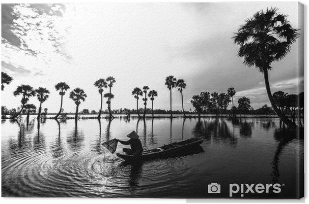 Canvas A giang, vietnam - september 12, 2018: niet-geïdentificeerde vissers vangen vis met bamboegereedschap in een meer wanneer zonsopkomsten achter elke palmboom sieren de schoonheid van landelijke gebieden in een giang, vietnam - Levensstijl