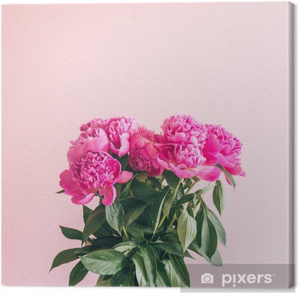 Canvas Een boeket van mooie pioenrozen op een roze achtergrond. - Bloemen en Planten