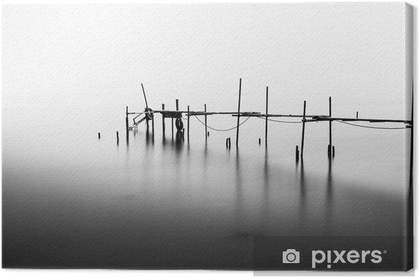 Canvas Een lange blootstelling van een verwoeste pier in het midden van de Sea.Processed in B - Landschappen