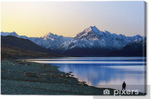 Canvas Een man staande uitzicht op de berg - Bergen