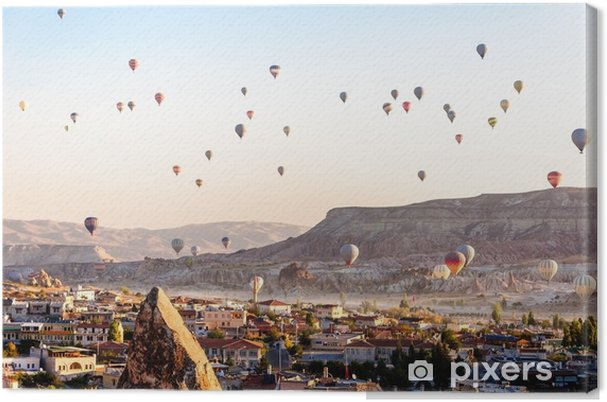 Canvas Hete luchtballon die over valleien in cappadocia Turkije vliegt - Reizen