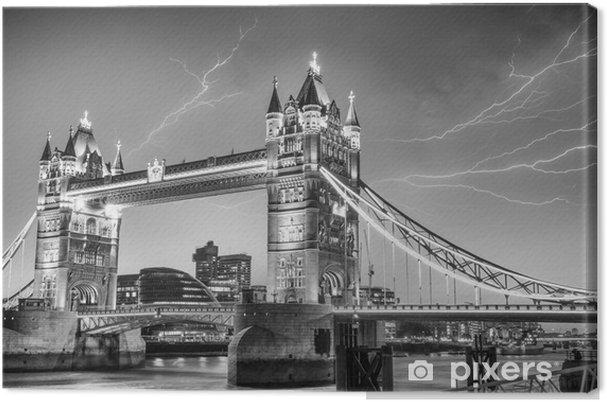Canvas Londen. Majesteit van de Tower Bridge op een stormachtige avond - Europese steden