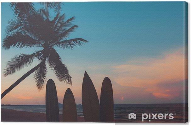 Canvas Silhouet surfplank op tropisch strand bij zonsondergang in de zomer. zeegezicht van zomer strand en palmboom bij zonsondergang. vintage kleurtoon - Sport