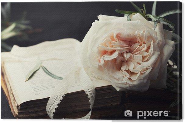Canvas Stilleven van vintage roze bloem en oude boeken op een zwarte ondergrond. Mooie retro kaart. - Bloemen en Planten