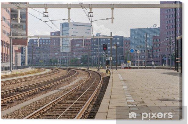 Canvas Verlaten treinstation met kantoorgebouwen - Trein- en metrostations
