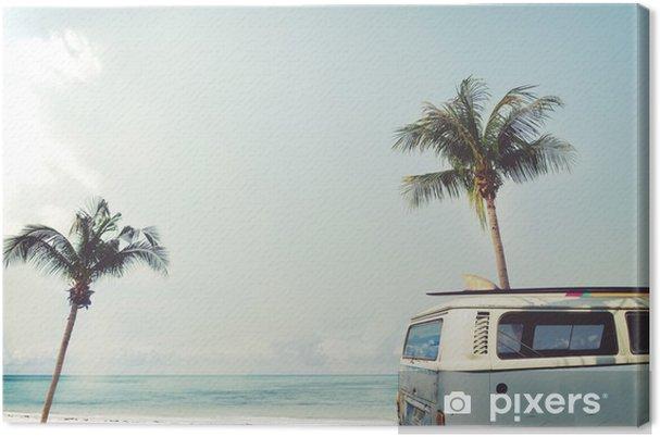 Canvas Vintage auto geparkeerd op het tropische strand (zee) met een surfplank op het dak - Leisure reis in de zomer - Hobby's en Vrije tijd