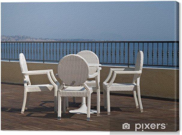 Witte Rieten Stoel : Canvas witte rieten stoelen en tafel op een houten hotel terras of