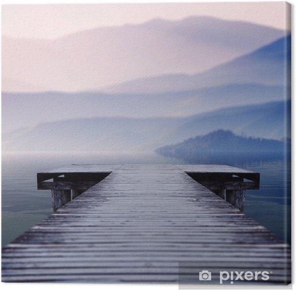 Canvastavla Träbrygga på sjön plats inför en vacker berget på en dimmig vintermorgon - Landskap