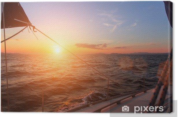 Canvastavla Vacker solnedgång i det öppna havet med segelbåt. - Landskap
