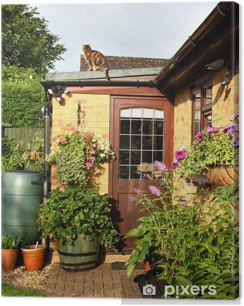 Cuadro en Lienzo Cestas de flores y jardineras en un jardín detrás Inglés - Casa y jardín
