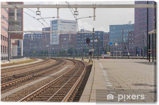 Cuadro en Lienzo Estación de tren abandonada con edificios de oficinas - Estaciónes de trenes y de metro
