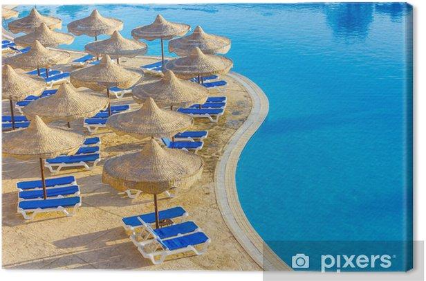 Cuadro en Lienzo La piscina, las sombrillas y el mar Rojo en Egipto - Vacaciones