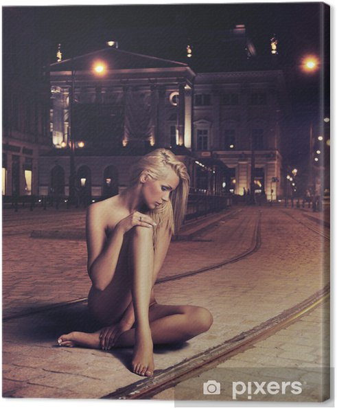 Cuadro En Lienzo Mujer Joven Desnuda En Pose Sensual En La Calle