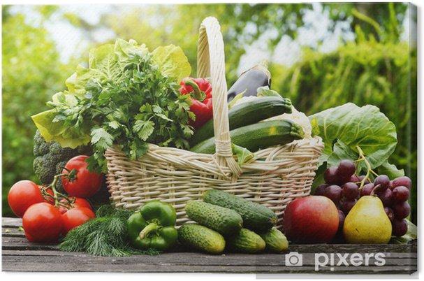 Cuadro en Lienzo Vegetales orgánicos frescos en la cesta de mimbre en el jardín - Temas
