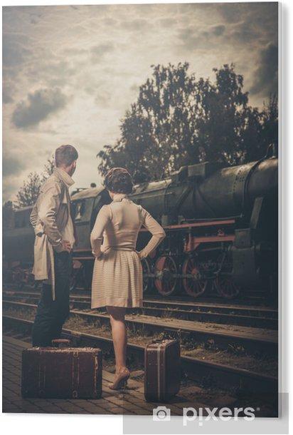Cuadro en Metacrilato Bella joven con las maletas en la estación de tren - Temas