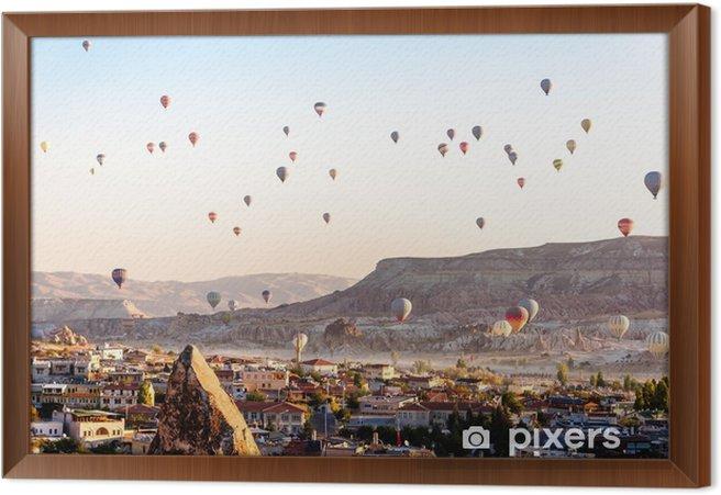 Cuadro Enmarcado Globo aerostático volando sobre valles en Capadocia Turquía - Viajes