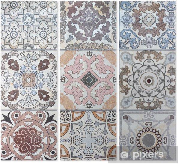 Drieluik Mooie oude keramische tegels muur patronen in het openbaar park. - iStaging