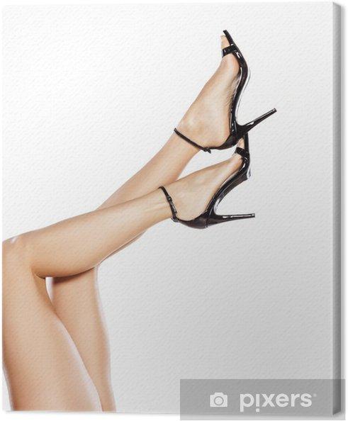 def6c58998f1 Smukke kvindelige ben i elegante sandaler med høje hæle Fotolærred ...