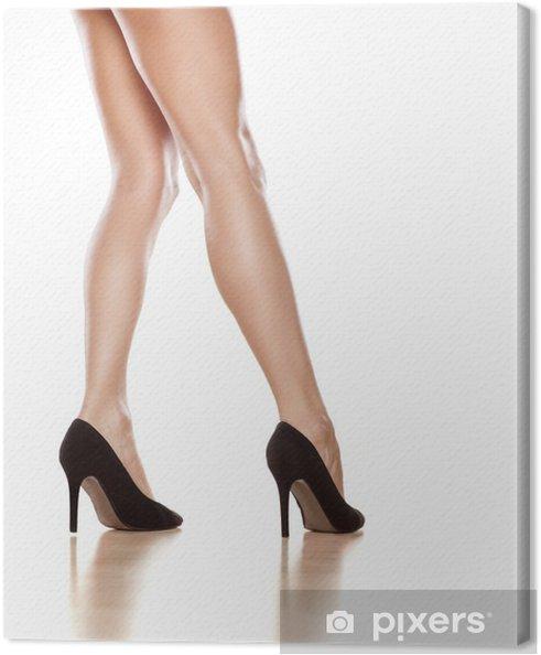 8a58005c71e Smukke kvindelige ben i sorte sko med høje hæle på hvidt Fotolærred ...